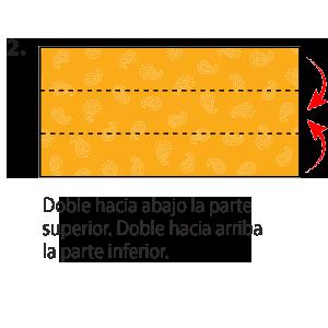 Se muestra un pañuelo estilo bandana sobre una superficie plana. Luego la bandana se dobla por la mitad, haciendo coincidir su borde superior con su borde inferior.